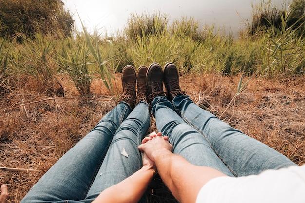 Крупным планом пара, сидя рядом с озером