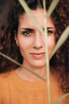 女性の正面の肖像画