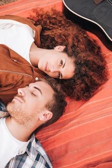 毛布の上に横たわるハイビューカップル