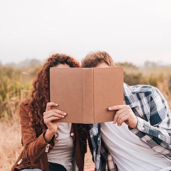 本を探しているフロントビューカップル