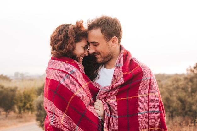 優しさの瞬間を持っている横に幸せなカップル