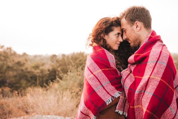 Боком счастливая пара, имеющая момент нежности