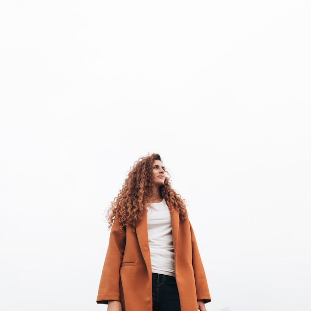 Низкий взгляд рыжая женщина в пальто