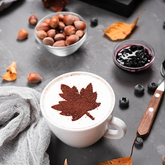 コーヒーマグ、ジャム、栗のクローズアップ