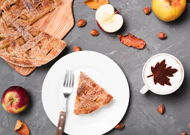 Вид сверху аппетитного пирога и кофе