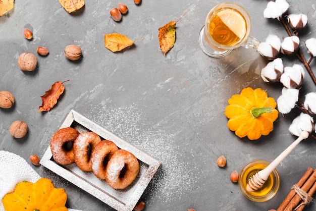 Плоская планировка осеннего завтрака с копией пространства
