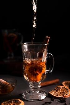 熱い注ぐお茶のクローズアップ