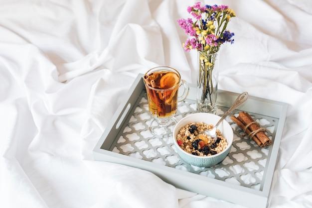 コピースペース付きベッドでの朝食