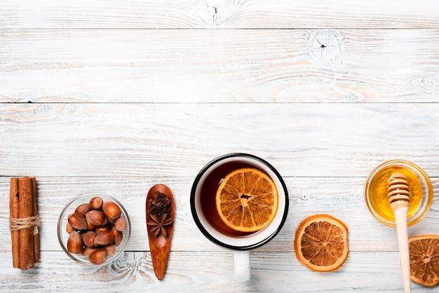 オレンジ、蜂蜜、コピースペース入りのお茶