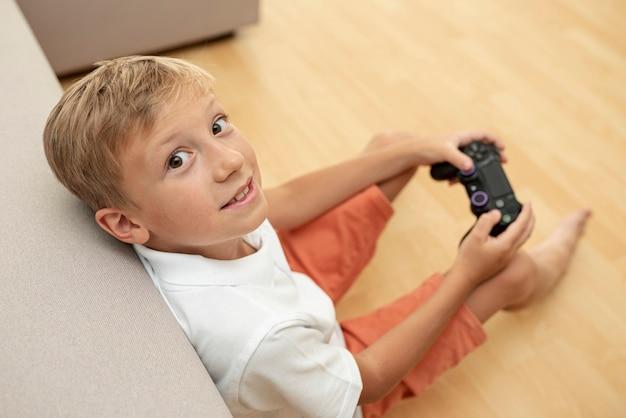 Высокий угол ребенок играет в гостиной