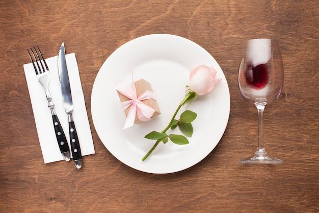 平干しバラと皿の上のギフト