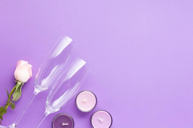 紫色の背景にキャンドルを配置