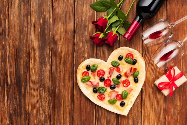 ピザとトップビューロマンチックなテーブルセッティング