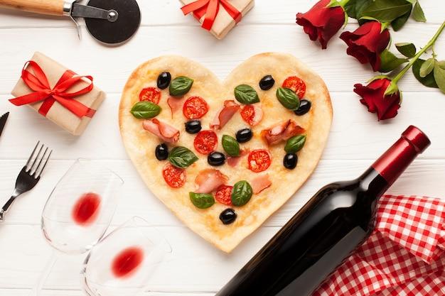 Плоская планировка с пиццей и розами