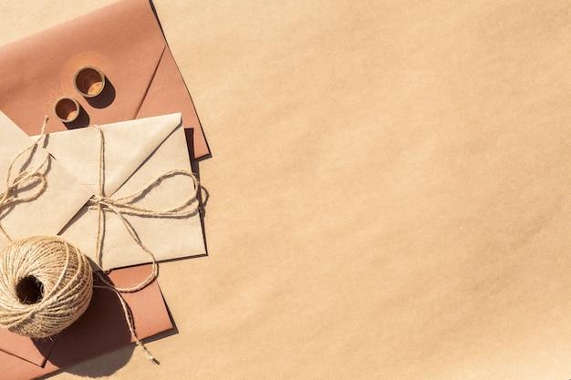 コピースペース付き封筒にフラットレイアウトの結婚式の招待状