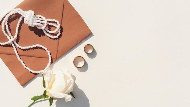 コピースペースと白い背景の上の茶色の結婚式封筒