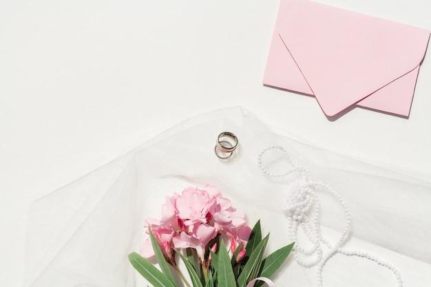 Вид сверху букет розовых цветов со свадебной аранжировкой