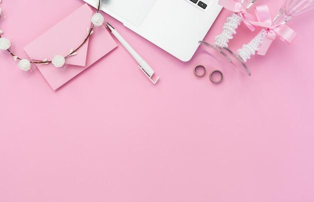 コピースペースで結婚式のためのピンクのスタイリッシュなアレンジメント