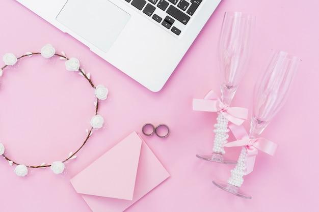 結婚式のためのピンクのスタイリッシュなアレンジメント