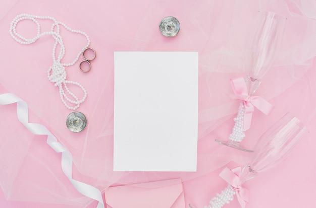 結婚式のための平らなレイアウトピンクの配置