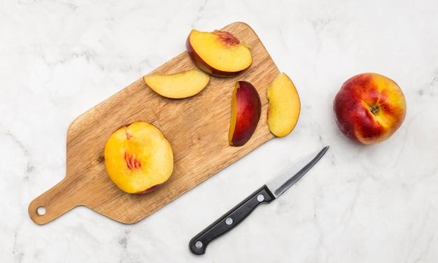 木の板に桃のおいしいスライス