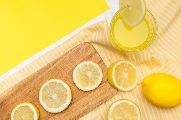 Крупный план лимоны и лимонад