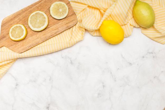 Скопируйте космический мраморный фон и лимоны