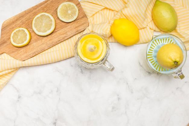 大理石の表面にレモンのスライス