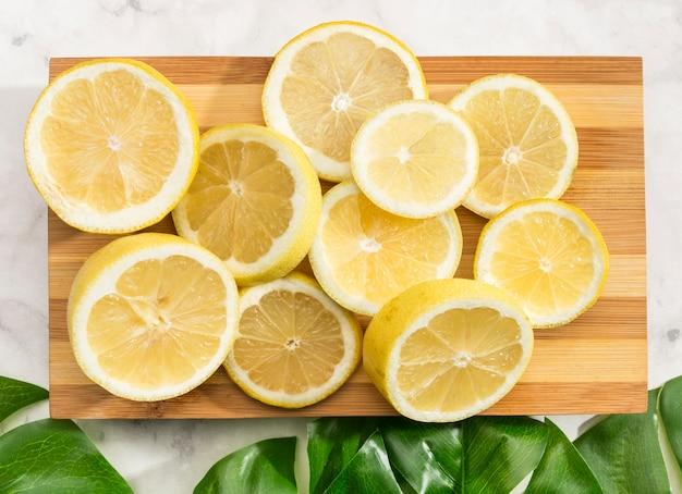 レモンとまな板のクローズアップ