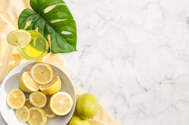 レモネードジュースとレモンのスライス