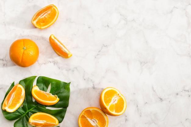 オレンジ色の果物のスライスの配置