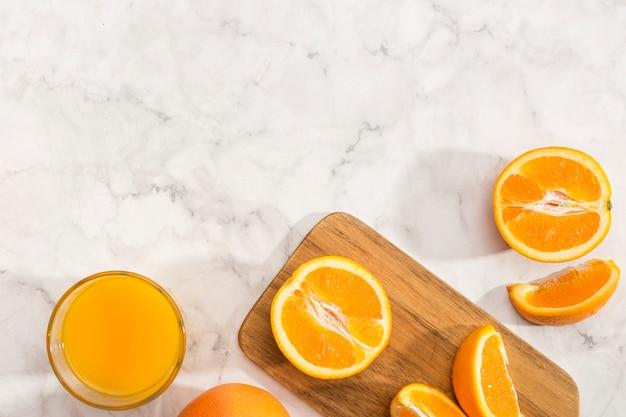 木の板とコピースペースにオレンジ