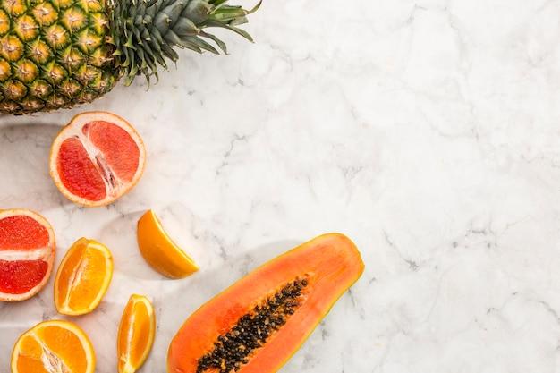 コピースペースのある風味豊かなエキゾチックなフルーツ