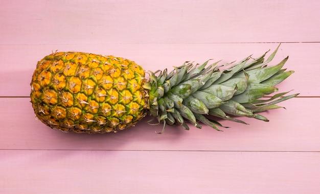 ピンクの背景に新鮮なパイナップル