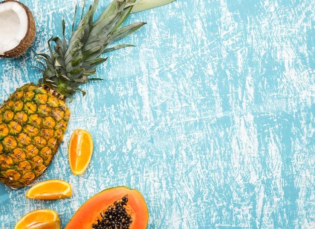 Экзотические фрукты с копией космического фона