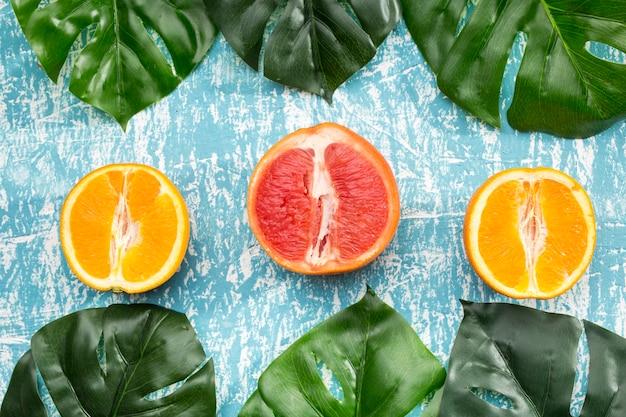 柑橘系の果物とモンステラの葉