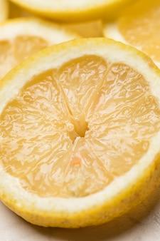 酸っぱいレモンのスライスを集中