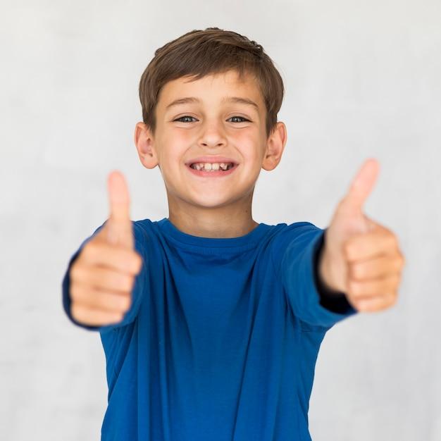 承認を表明する正面図の子供