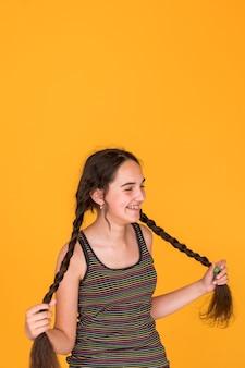 Среднестатистическая девушка играет со своими косами
