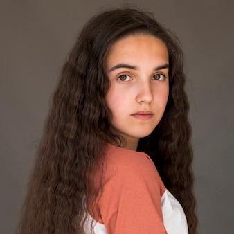 カメラを見て長い髪の少女