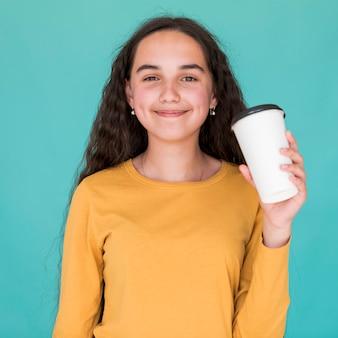 Счастливая девушка держит ее пить