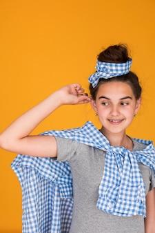 Средний снимок стильная маленькая девочка улыбается