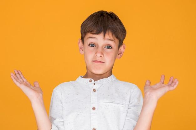 Маленький мальчик выглядит сомнительным
