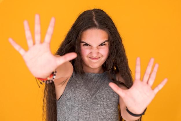 愚かな顔を作る少女