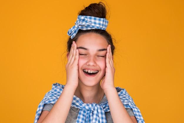 Модная девушка выглядит счастливой в стильном наряде