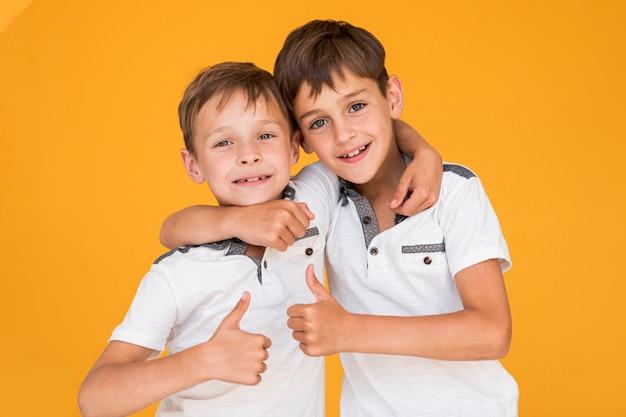 Маленькие братья держат друг друга