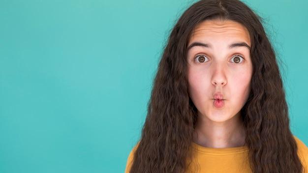 コピースペースで愚かな顔を作る女の子