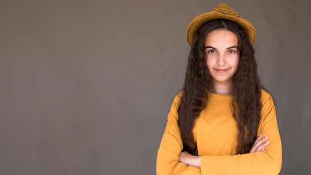 コピースペースで麦わら帽子をかぶっている笑顔の女の子