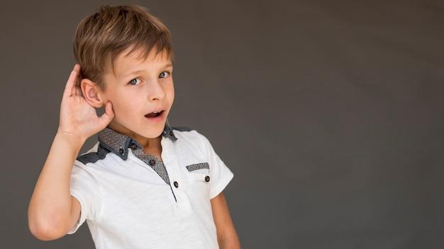 Мальчик смотрит любопытно с копией пространства