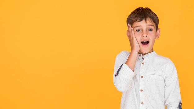 Мальчик вид спереди удивлен с копией пространства